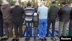 Мусульмане на молитве во время Курбан-айта. Алматы, 26 октября 2012 года.