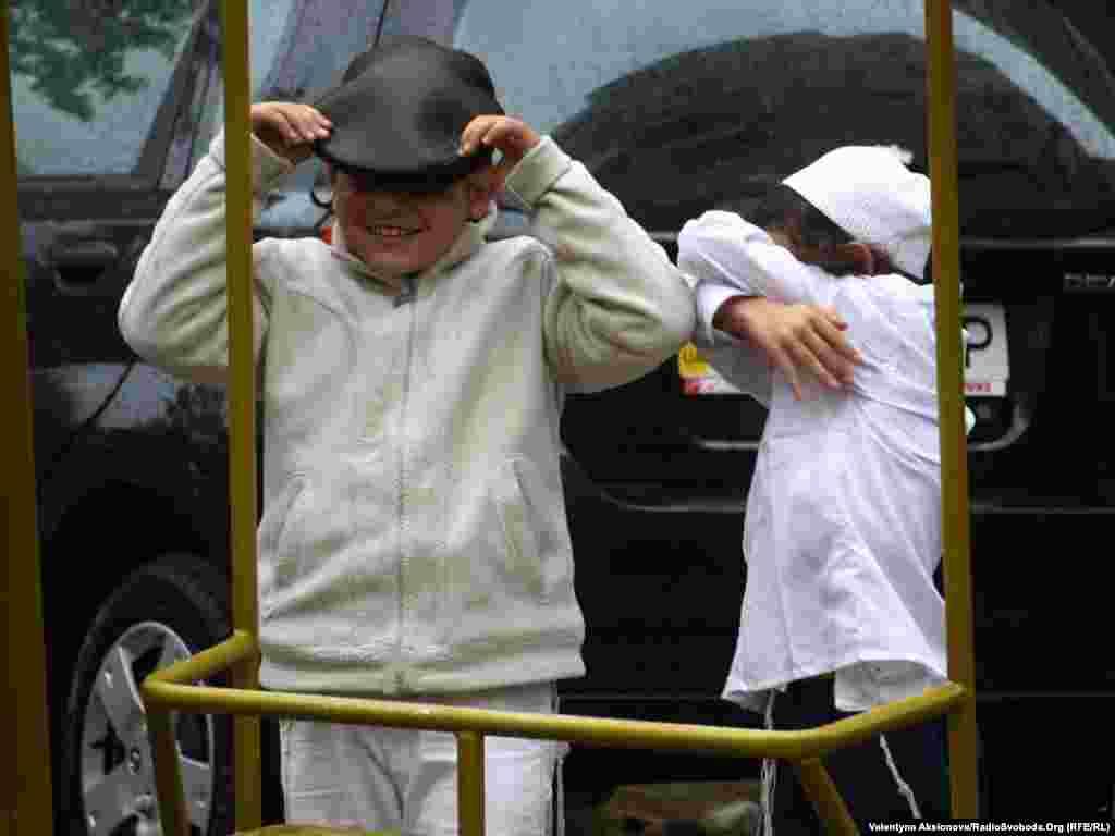 Ці хлопчаки закривають свої обличчя, бо навіть наймолодші хасиди знають правила шабату.