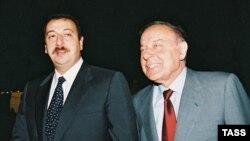 Әзербайжанның сол кездегі премьер-министрі Ильхам Әлиев (сол жақта) пен оның әкесі, ел президенті Гейдар Әлиев. 4 тамыз 2003 жыл.