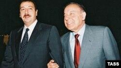 Гейдар Алиев (справа) и его сын, ныне президент Азербайджана, Ильхам Алиев. 4 августа 2003 года.
