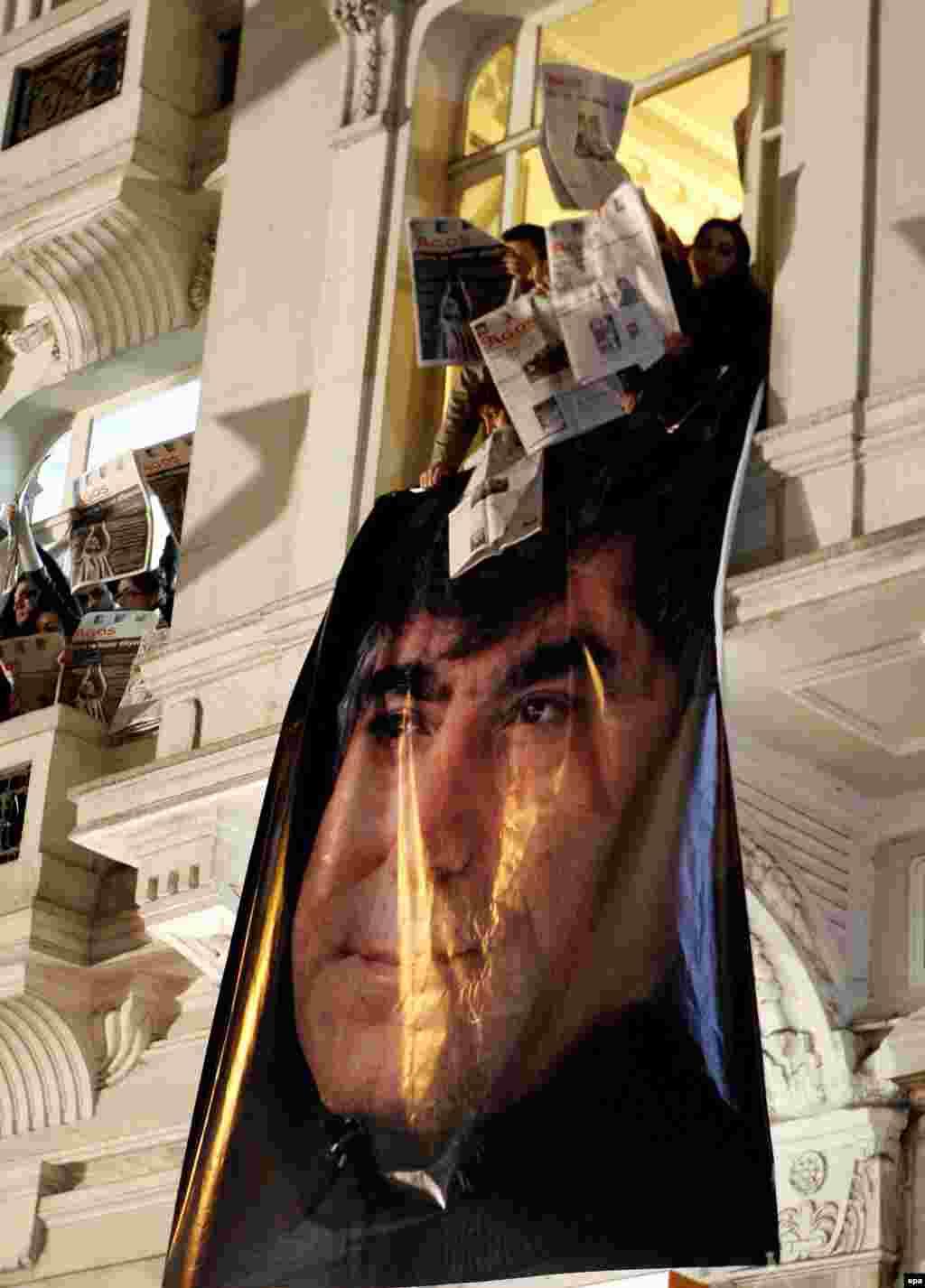 Төркия: Огос газетасында эшләгән әрмән-төрек журналисты Һран Динк 19 гыйнвар көнне Истанбулда үтерелде, 19.1.2007