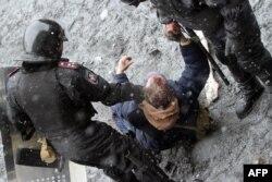 پلیس اوکراین در حال بازداشت یکی از معترضان