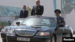 Президент Казахстана Нурсултан Назарбаев принимает парад по случаю Дня защитника Казахстана 7 мая 2014 года