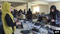 کارکنان کمیسیون انتخاباتی در محل کارشان