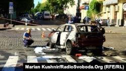Эксперт возле взорванного автомобиля журналиста Павла Шеремета. Киев, 20 июля 2016 года.