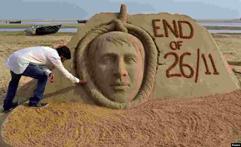 Artisti indian që punon me rërë, Sudarshan Patnaik, përfundon skulpturën e Mohammad Ajmal Kasab, mbijetuar i vetëm i sulmeve në Mumbai, ku vdiqën 166 veta. Kasab u ekzekutua me varje.