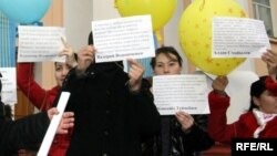 """Бір топ студент """"Нұр Отан"""" кеңсесінің алдында наразылық шарасын өткізіп тұр. Алматы, 3 қаңтар 2009 жыл. (Көрнекі сурет)."""