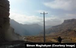 Дорога в Иране, которая проходит вдоль границы с эксклавом Азербайджана Нахичевань. Место, где была Джульфа, — на заднем плане справа.
