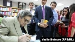 Aureliu Busuioc, la una din ultimele sale întîlniri cu cititorii la Librăria Cartier, în mai 2012