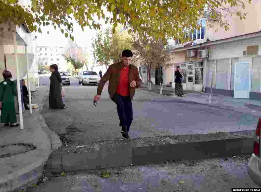 В некоторых микрорайонах Ашхабада ограничено автомобильное движение. Зачастую дороги перекрываются бетонными плитами