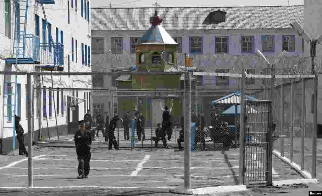 Krasnoyarskda yüksək təhlükəsizlik sistemli həbsxanada məhbuslar açıq havada. 13 may 2011