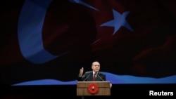Турскиот претседател Реџеп Таип Ердоган зборува пред полициски службеници и кадети на конференција во Анкара на 22 ноември 2016