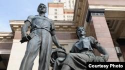 Скульптурное изображение советских студентов у главного корпуса МГУ