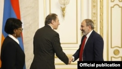 Встреча премьер-министра Армении Никола Пашиняна (справа) с вице-президентоа Всемирного банка по региону Европы и Центральной Азии Сирилом Мюллером, Ереван, 15 марта 2019 г.