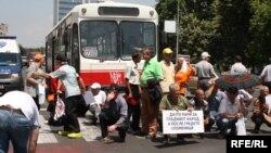 Архивска фотографија: Протест на стечајците пред Собрание.