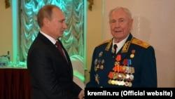 Соли 2014 президент Владимир Путин вазири собиқи дифои СССР Дмитрий Язовро бо зодрӯзаш табрик кард