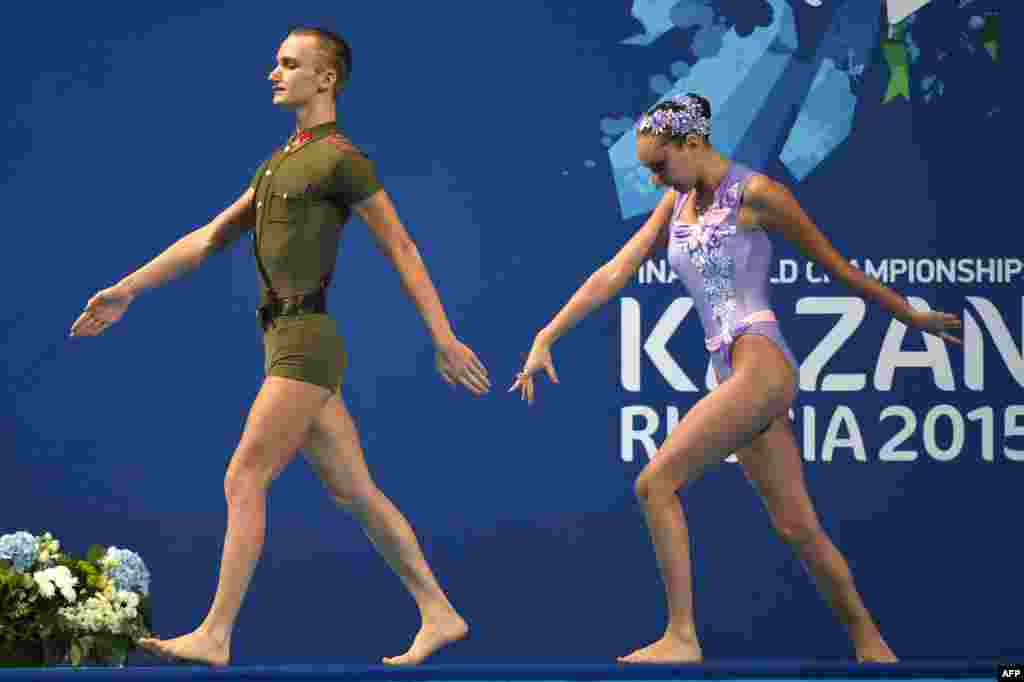 Russia's Aleksandr Maltsev and Darina Valitova compete in the Mixed Duet Technical final of the synchronised swimming competition at the 2015 FINA World Championships in Kazan. (AFP/Christophe Simon)