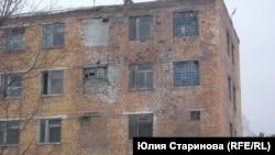 В аварийном общежитии до последнего времени жили люди
