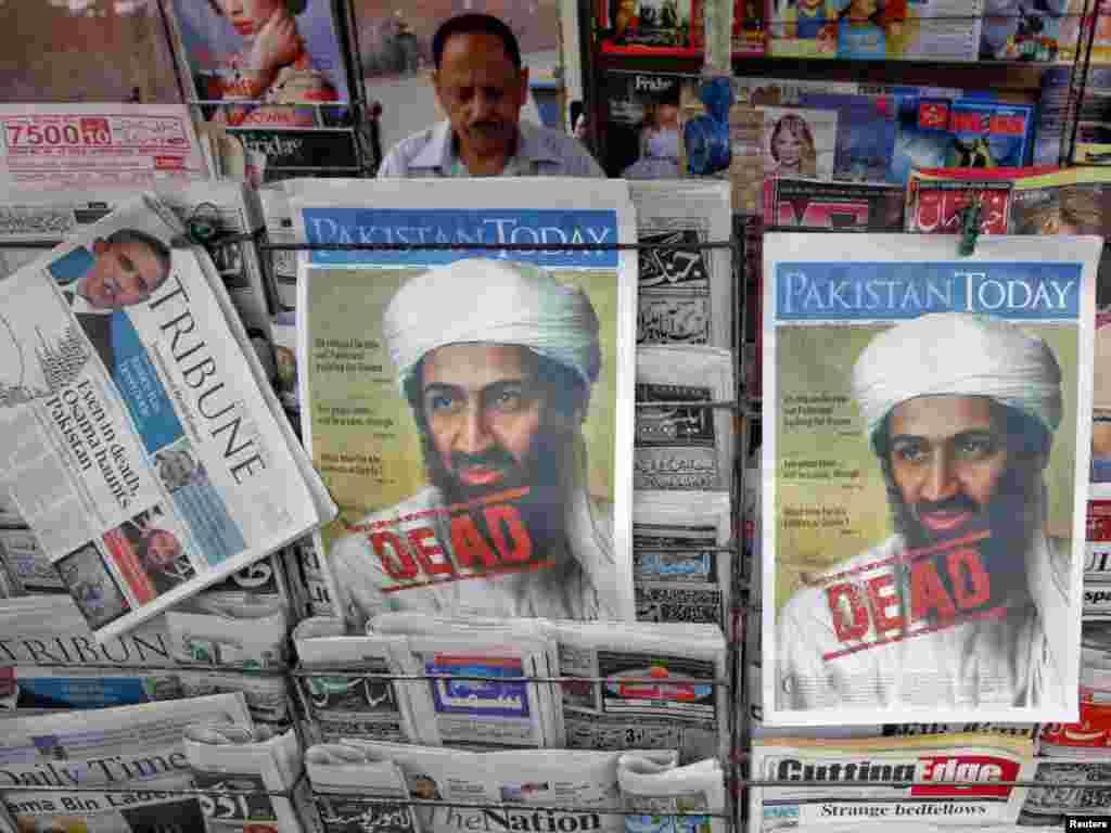 Pakistan - Vijest o smrti Bin Ladena bila je na svim naslovnicama svjetskih medija, Lahore, 03.05.2011. Foto: Reuters / Mohsin Raza
