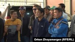 Жалақысын талап етіп жиналған құрылысшылар. Астана, 8 қыркүйек 2017 жыл.
