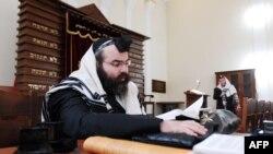 Bakuwyň merkezinde ýerleşýän sinagogada dini kitap okaýan adam, 2011