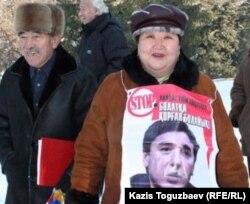 """Попутная агитация в ходе митинга """"праворульщиков"""" в поддержку лидера оппозиции Болата Абилова, преследуемого в судебном порядке. Алматы, 10 декабря 2006 года."""