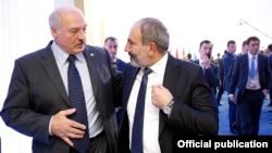 Аляксандар Лукашэнка і Нікол Пашыньян на саміце АДКБ у Астане ў лістападзе 2018