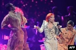 Lady Gaga mərasimdə mahnı oxuyub.