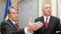 Ukrainian President Viktor Yushchenko (left) meets with Czech Prime Minister Mirek Topolanek in Kyiv in September. Another meeting may be on the horizon.