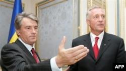Ukrainian President Viktor Yushchenko (left) meets with Czech Prime Minister Mirek Topolanek in Kyiv in September. Another meeting may be on the horizon.