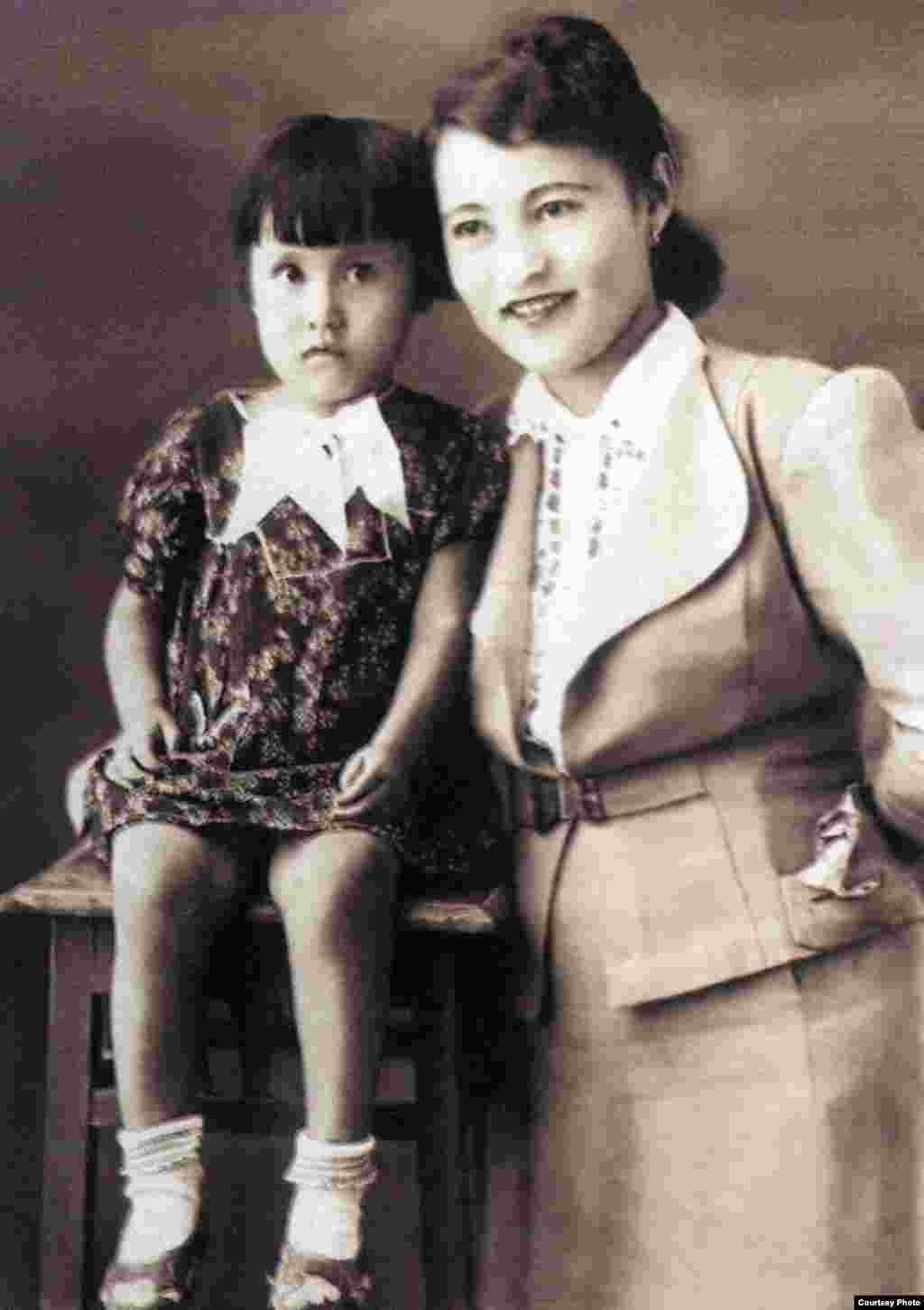 """Гүлнар Дулатова мен қызы Динара. Шымкент, 1943 жыл. (Сурет """"Шындық шырағы"""" кітабынан алынды)."""
