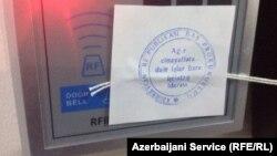 Pečat na ulazu u RSE biro u Bakuu