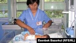 Медицинский работник осматривает новорожденного ребенка. Алматы, 24 августа 2010 года.