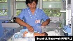 Жаңа туған сәбиді қарап жатқан дәрігер. Алматы, 24 тамыз 2010 жыл. (Көрнекі сурет)