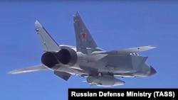 Російський винищувач МіГ-31 із гіперзвуковою ракетою «Кинджал» під час навчань, 19 липня 2018 року
