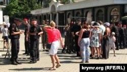 Людей із запрошеннями пропускали на Приморський бульвар через металошукачі, Севастополь 28 липня 2019 року