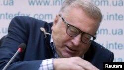 Կիեւում ասուլիսի ժամանակ Վլադիմիր Ժիրինովսկին փորձում է խույս տալ իր ուղղությամբ թռչող թթու կաղամբից, 28-ը հունվարի, 2013թ.
