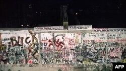 Demolarea zidului lîngă piaţa Potsdam