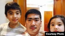 Живущий в Монголии казах Жандос Шарип вместе со своими детьми. Фото со страницы Жандоса Шарипа в Facebook'e.
