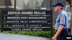 Жеке меншік күзет қызметі өкілі панамалық Mossack Fonseca заң компаниясы кеңсесі алдынан өтіп бара жатыр. 12 сәуір 2016 жыл.
