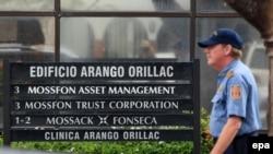 Сотрудник охраны у офиса панамской компании Mossack Fonseca, утечка документов из которой раскрыла данные об офшорных счетах политиков, бизнесменов, селебрити. Панама, 12 апреля 2016 года.