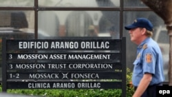 Panama şäheri, howpsuzlyk işgäri 'Mossak Fonseka' firmsynyň daşynda. 12-nji aprel, 2016