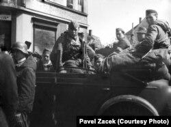 Солдати Російської визвольної армії в Празі, травень 1945 року