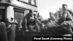 Солдаты РОА в пражском районе Радотин, май 1945 года