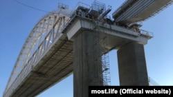 Keriç köprüniñ Keriç tarafından demiryol kemeri ve közü, 2018 senesi, noyabr 10