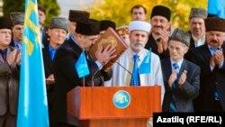 Яңа Мәҗлес рәисе Рифат Чубаров Коръән үбеп ант итә