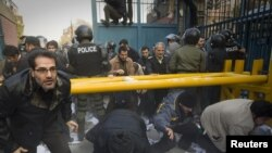 Sulmohet ambasada britanike në Teheran
