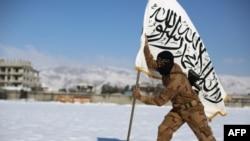 عنصر من جيش الاسلام يثبت علم التنظيم في الغوطة الشرقية