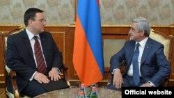Траян Христеа (слева) и Серж Саргсян, Ереван, 23 июля 2015 г.