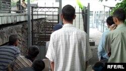 Узбекские беженцы стоят у ворот в здание представительства ООН. Алматы, 9 июня 2010 года.
